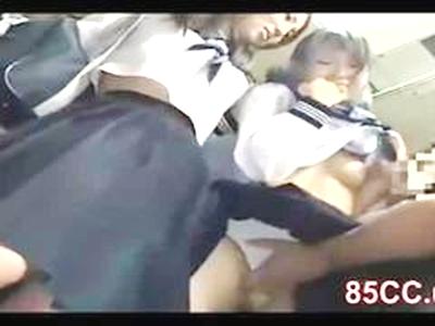 \恥かしさ/通学路バスに乗っている4人のJK(女子校生)。痴漢野郎が独りに行為をしていると…。